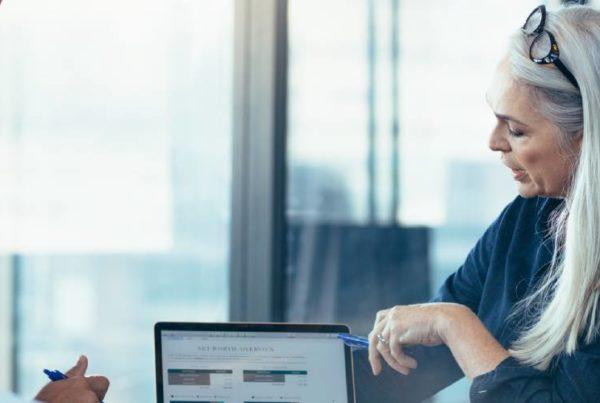 projectmanagers overleggen op kantoor